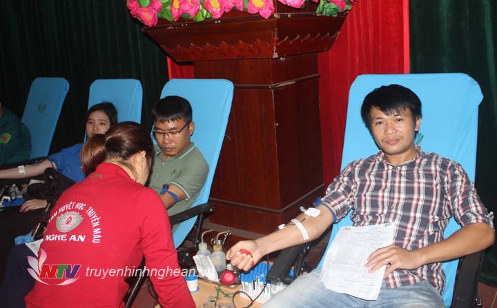 Các tình nguyện viên hiến máu tình nguyện