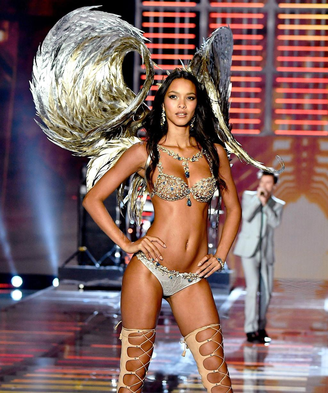   Người đẹp với làn da nâu khỏe khoắn Lais Ribeiro từng được Victoria's Secret trao cho cơ hội tỏa sáng vào năm 2017 khi trình diễn bộ đồ lót Champagne Nights trị giá 2 triệu USD. Đến nay, chân dài Brazil gắn bó với hãng đã được gần một thập kỷ, song vẫn chưa khẳng định được vị trí trong làng mốt.  
