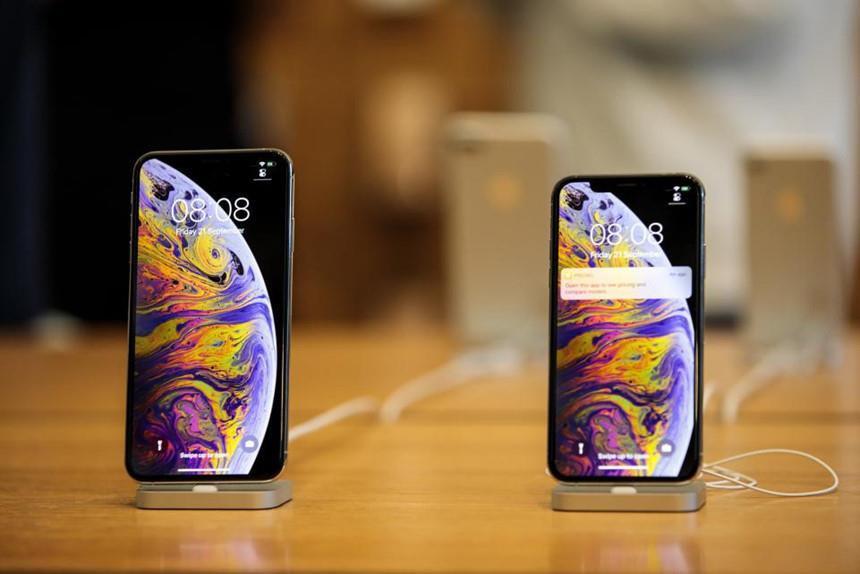 Tại Trung Quốc, nhiều hệ thống bán lẻ cũng đồng loạt giảm vài trăm USD tùy từng phiên bản iPhone.