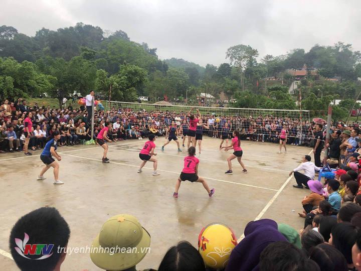 Đông đảo người dân cổ vũ môn thể thao bóng chuyền nữ tại lễ hội.