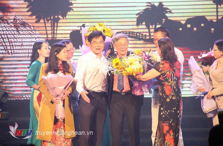 Bạn bè, đồng nghiệp và công chúng yêu mến nhạc sỹ Hồ Hữu Thới chúc mừng thành công của đêm nhạc.