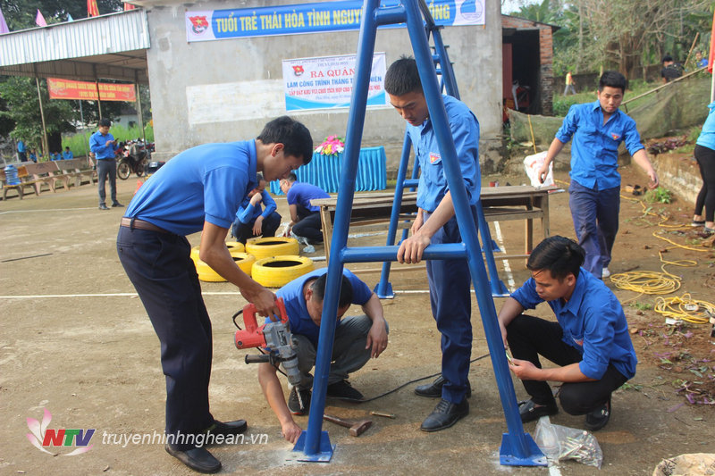 Các đoàn viên thanh niên tích cực hoàn thiện công trình.