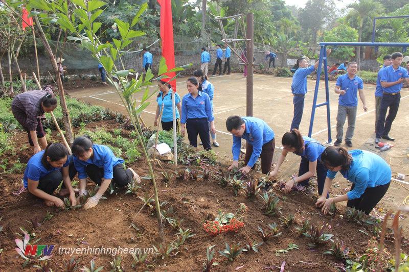 Trồng cây tạo không gian xanh cho khu vui chơi.