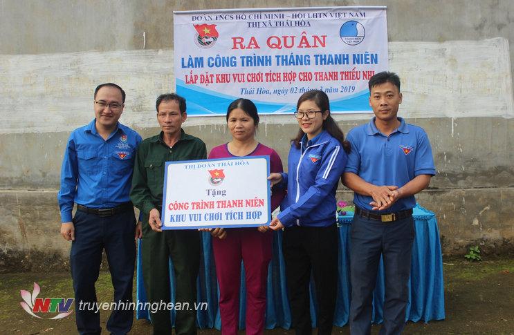 Thị đoàn Thái Hòa trao công trình cho xóm 2 xã Nghĩa Tiến.
