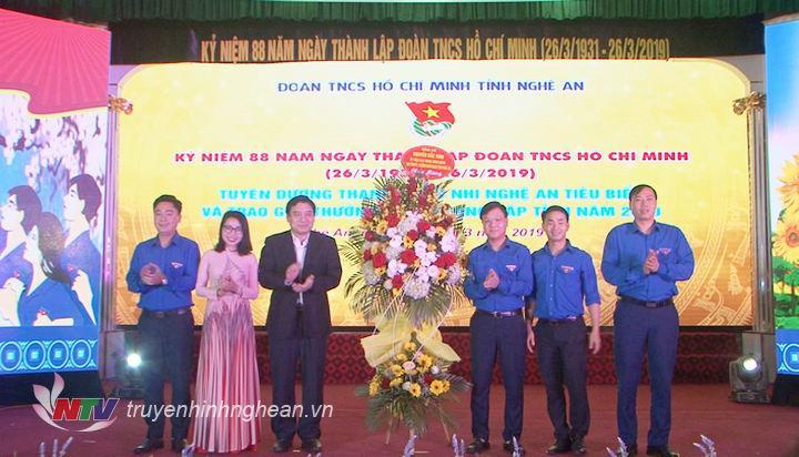 Bí thư Tỉnh ủy Nguyễn Đắc Vinh trao tặng lẵng hoa cho Tỉnh đoàn Nghệ An nhân kỷ niệm