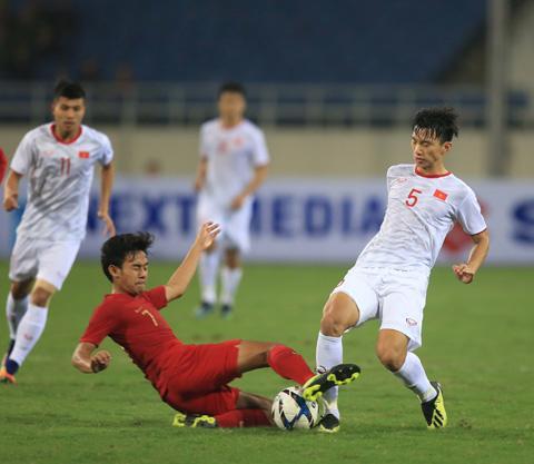 U23 Việt Nam (phải) đang tràn đầy tự tin sẽ hạ gục kình địch Thái Lan ngay trên sân nhà