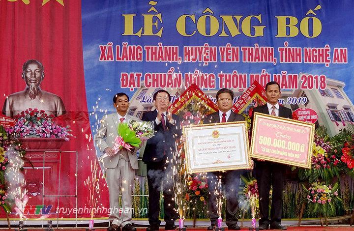 Phó Chủ tịch UBND tỉnh Đinh Viết Hồng trao bằng công nhận đạt chuẩn NTM cho xã Lăng Thành.