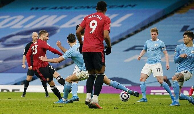 Shaw sút chìm, qua rừng chân hậu vệ Man City để ấn định tỷ số cho Man Utd. Ảnh: Reuters.