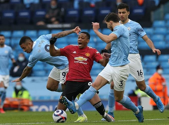 Jesus phạm lỗi với Martial ngay phút đầu tiên, dù tiền đạo Man Utd bị vây kín bởi các cầu thủ áo xanh. Ảnh: MUFC.