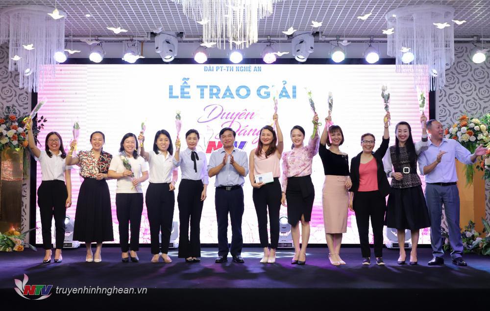 Lãnh đạo Đài trao giải Nhất cuộc thi Duyên dáng NTV