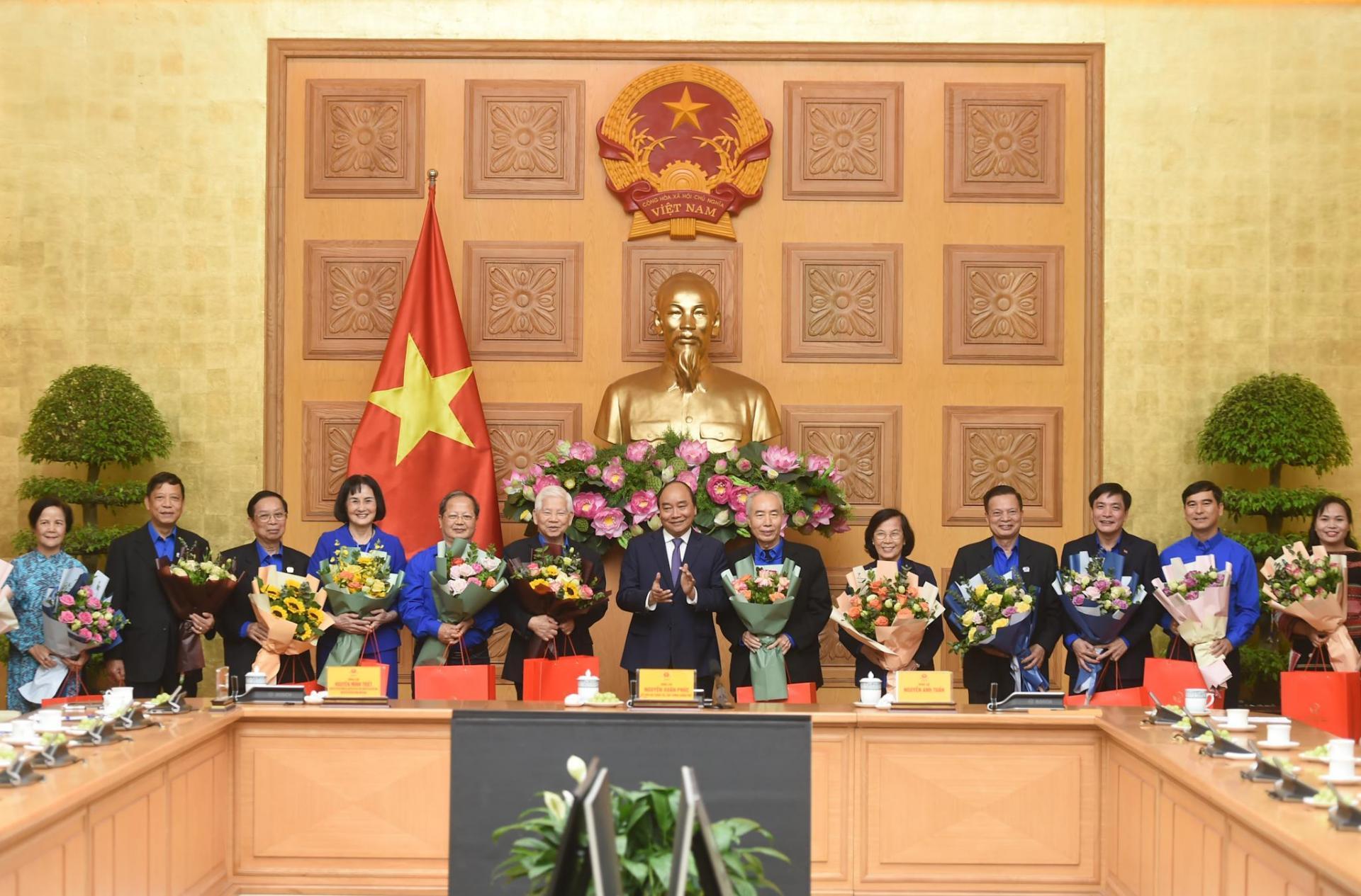 Thủ tướng Nguyễn Xuân Phúc tặng hoa