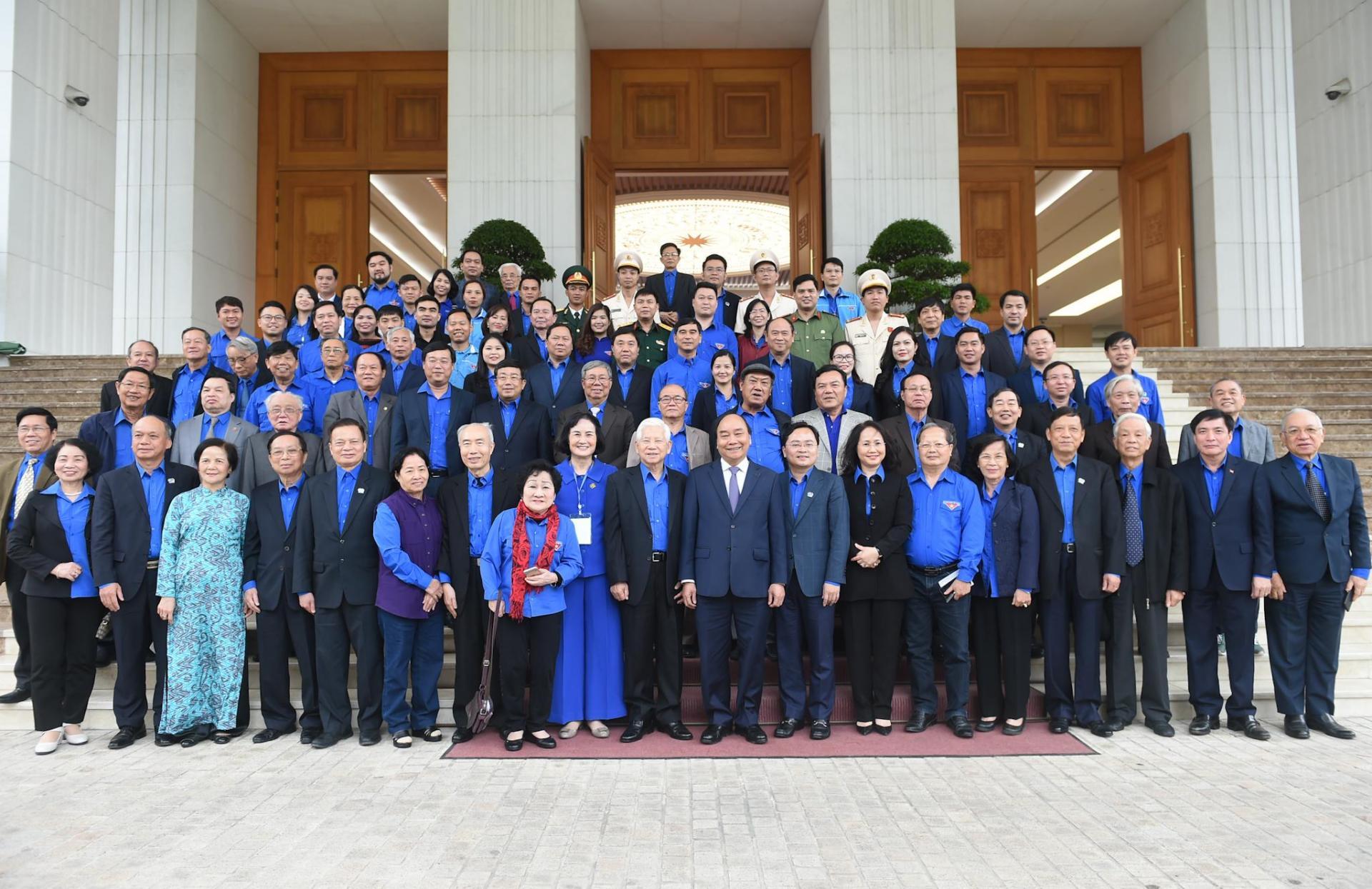 Thủ tướng Nguyễn Xuân Phúc chụp ảnh lưu niệm cùng cán bộ đoàn các thời kỳ