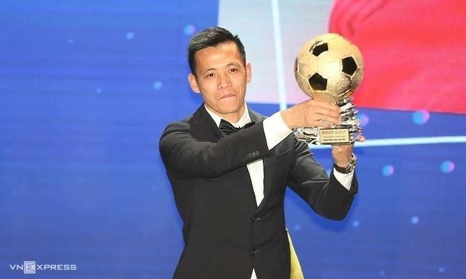 Cầu thủ Nguyễn Văn Quyết nhận danh hiệu Quả bóng vàng Việt Nam 2020.