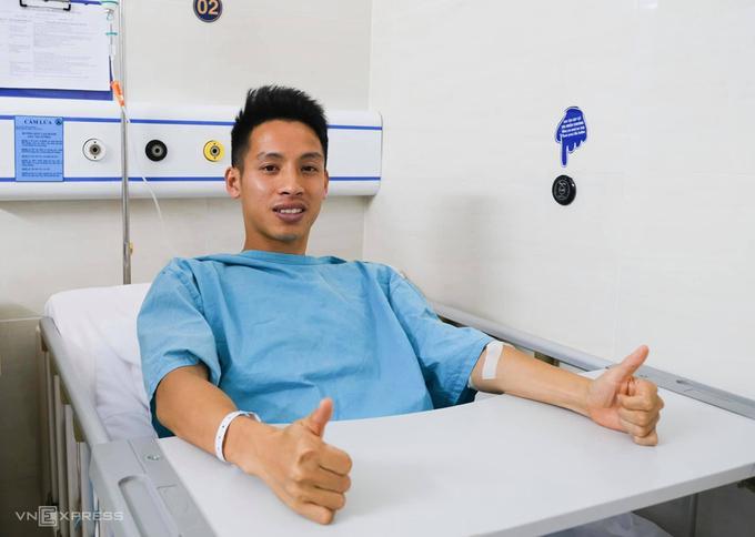 Đỗ Hùng Dũng nằm trong bệnh viện, chờ lên bàn mổ.