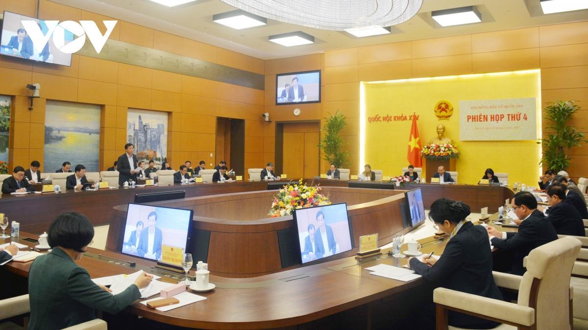Tổng Thư ký Nguyễn Hạnh Phúc, Chủ nhiệm Văn phòng Quốc hội, Chánh văn phòng Hội đồng Bầu cử quốc gia trình bày Báo cáo của Hội đồng Bầu cử quốc gia.