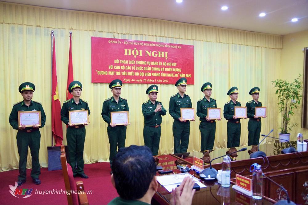 Đại tá Trần Hải Bình, Ủy viên Ban chấp hành Đảng bộ tỉnh, Chỉ huy trưởng BĐBP tỉnh Nghệ An trao thưởng cho 7 gương mặt trẻ tiêu biểu