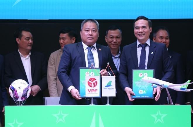 Đại diện VPF và Bamboo Airways ký hợp đồng tài trợ.