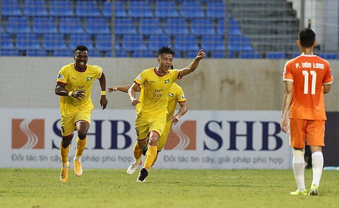 Văn Đức ăn mừng sau khi ghi bàn gỡ hoà 1-1 cho SLNA trên sân của Đà Nẵng chiều 23/3. Ảnh: VPF.