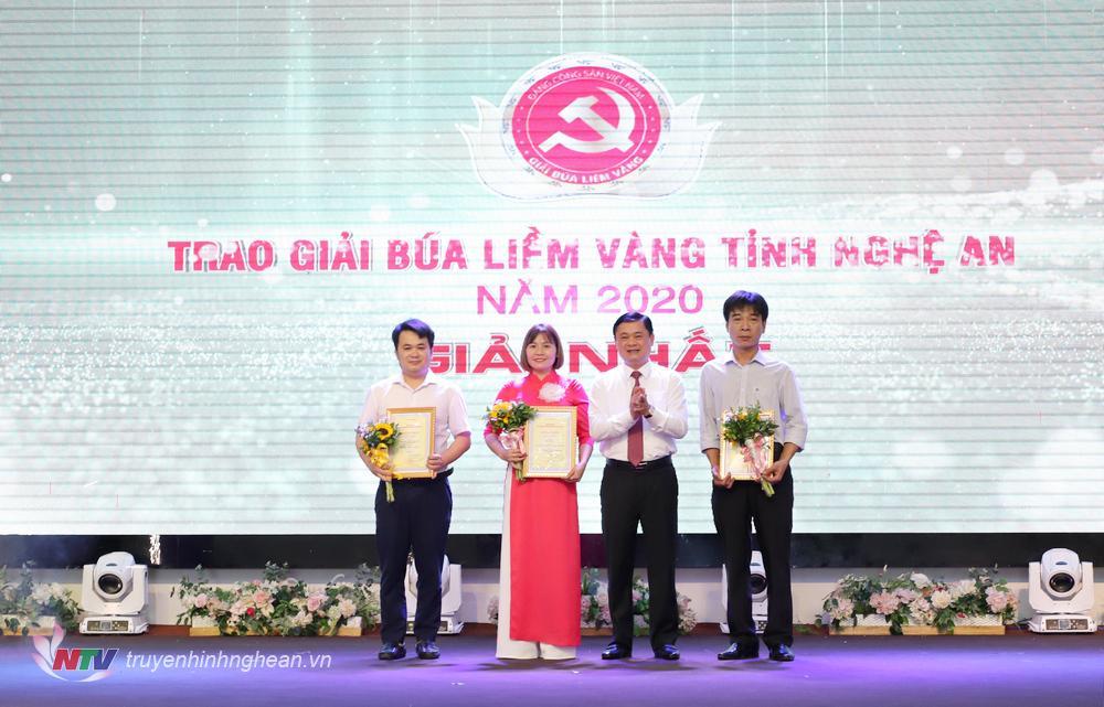Bí thư Tỉnh uỷ Thái Thanh Quý trao giải Nhất cho các tác giả, nhóm tác giả đạt giải.