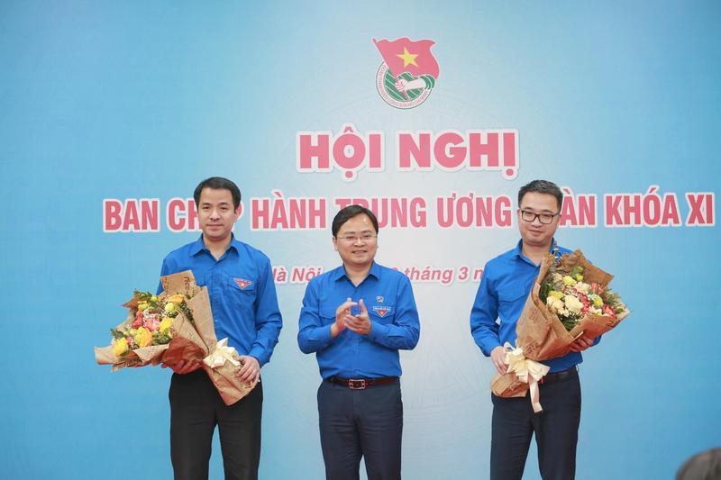 Đồng chí Nguyễn Anh Tuấn - Ủy viên Trung ương Đảng, Bí thư thứ nhất Trung ương Đoàn, Chủ tịch Hội LHTN Việt Nam chúc mừng 2 đồng chí vừa được bầu tham gia Ban Bí thư Trung ương Đoàn.