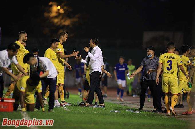 Các cầu thủ SLNA khá bình thản sau trận đấu. Ảnh: Phan Tùng