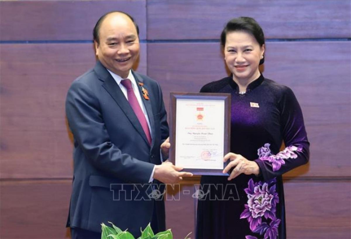 Chủ tịch Quốc hội Nguyễn Thị Kim Ngân trao tặng Kỷ niệm chương Hoạt động Quốc hội Việt Nam cho Thủ tướng Nguyễn Xuân Phúc (Ảnh: TTXVN)