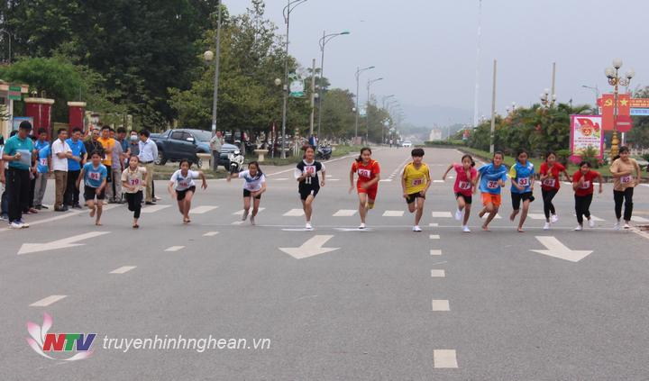 Các vận động viên nữ dưới 16 tuổi xuất phát cự ly 1.500m