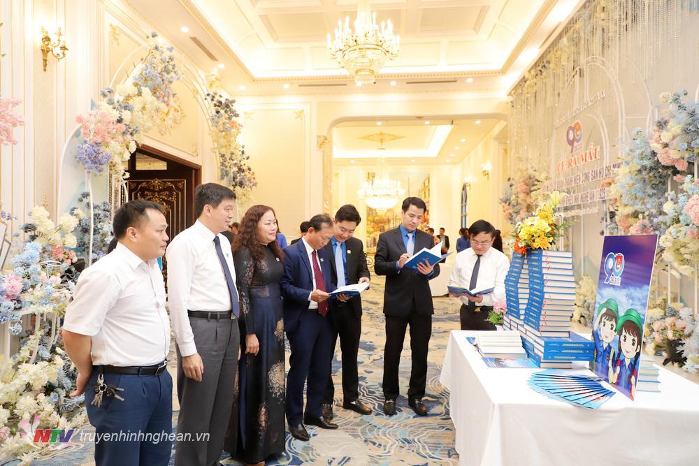 Các đại biểu tham quan gian trưng bày sách.