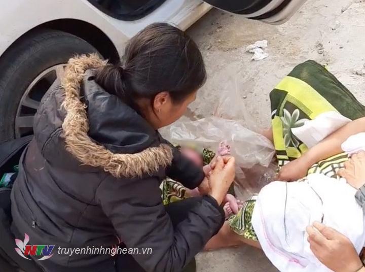Sản phụ sinh con gái bên lề đường