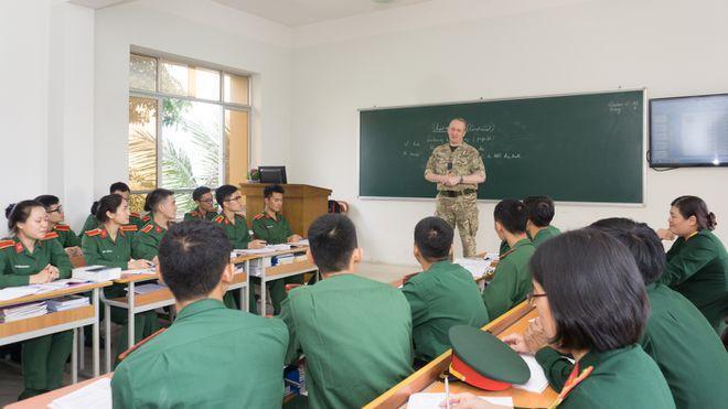 Sinh viên Học viện Khoa học quân sự giao lưu với Tùy viên Quốc phòng Vương Quốc Anh tại Việt Nam