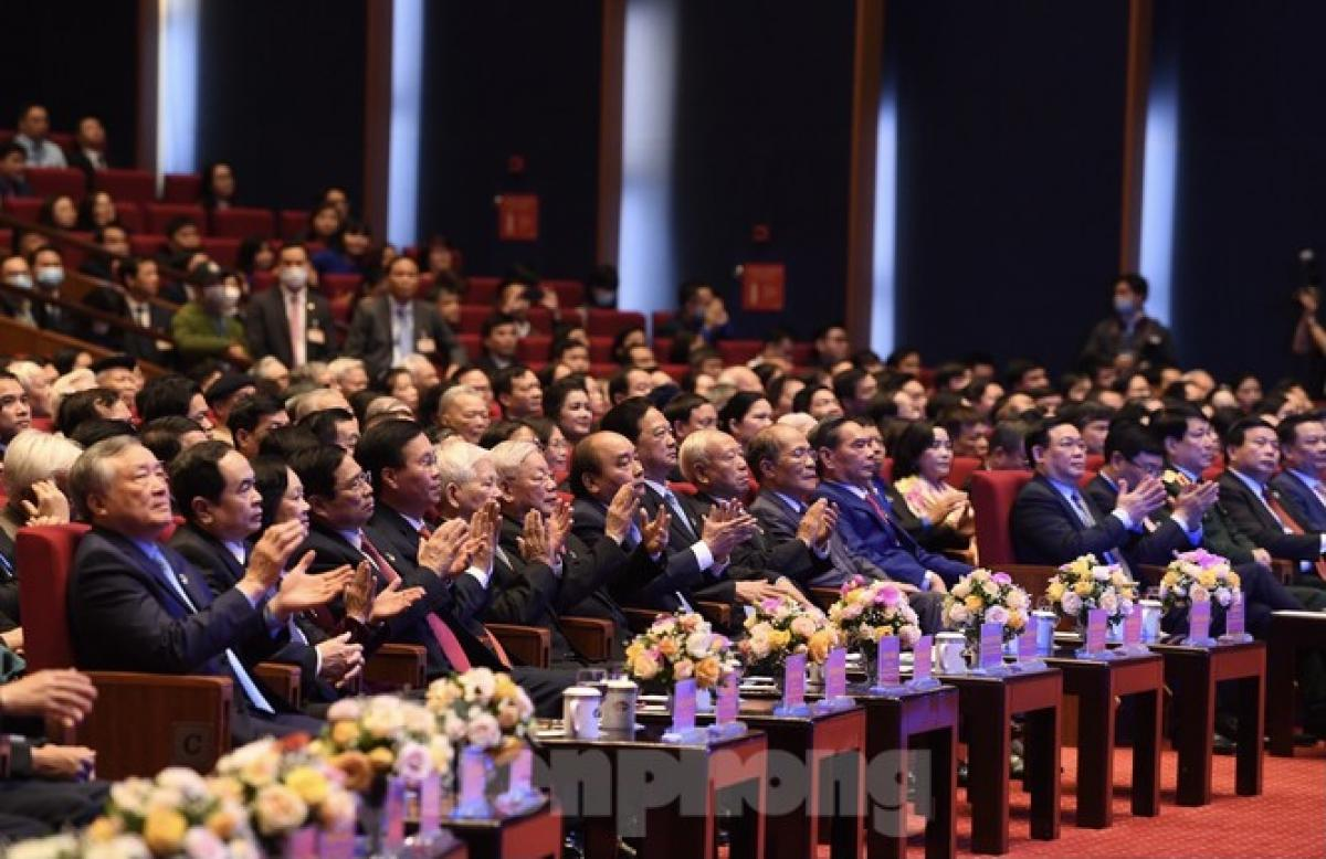 Các lãnh đạo, nguyên lãnh đạo Đảng và Nhà nước dự lễ kỷ niệm trọng thể. - Ảnh: Báo Tiền Phong
