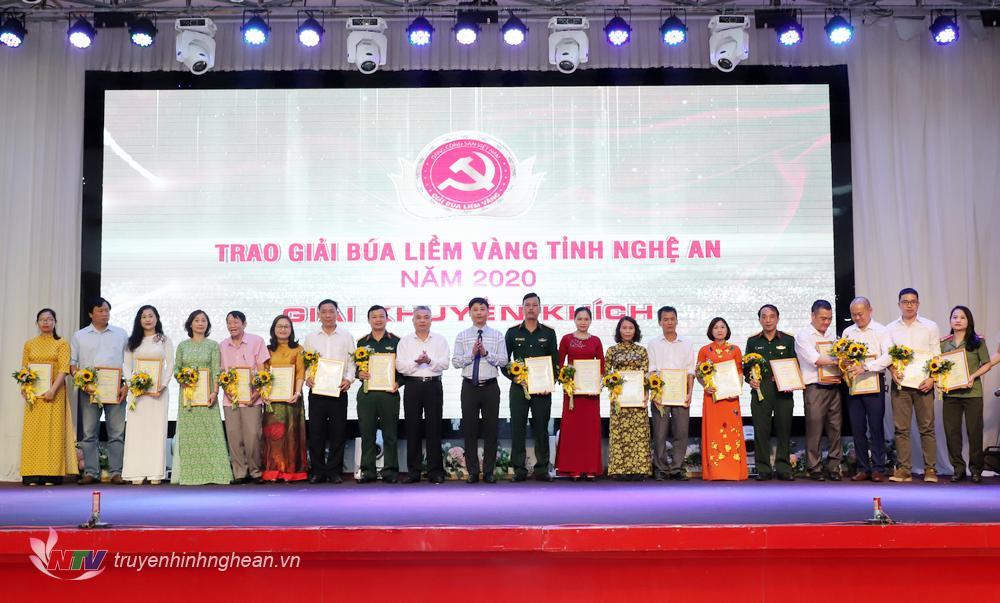 Giám đốc Sở Thông tin - Truyền thông Lê Bá Hùng và Phó Giám đốc Đài PTTH Nghệ An, Chủ tịch Hội Nhà báo tỉnh Trần Minh Ngọc trao giải Khuyến khích cho các tác giả, nhóm tác giả đạt giải.