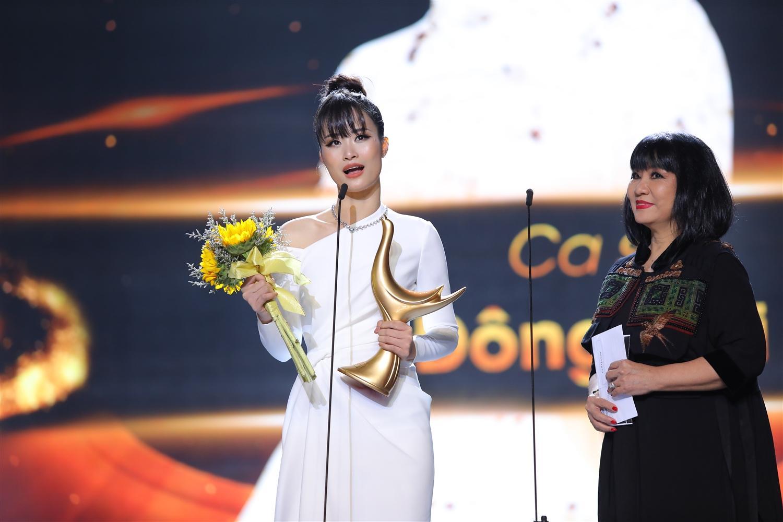 """Đông Nhi giành giải """"Ca sĩ của năm""""."""