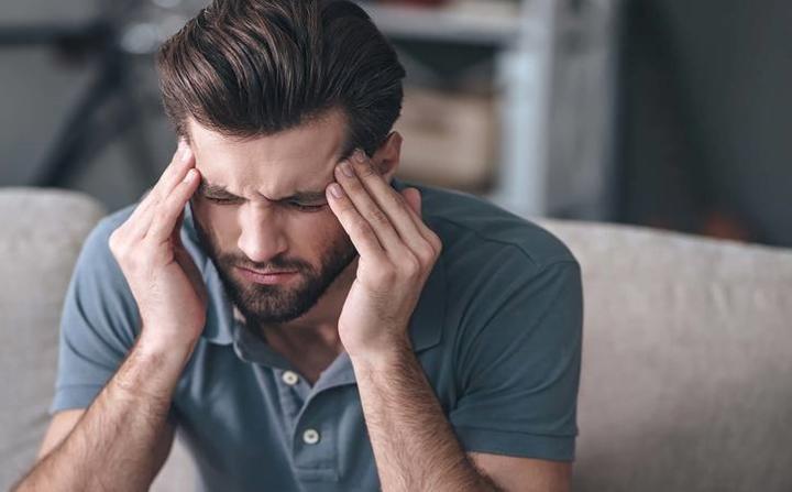 Nhức đầu mãn tính: Đau đầu liên tục không dứt có thể là dấu hiệu của khối u não. Hãy đi khám ngay nếu có dấu hiệu này.