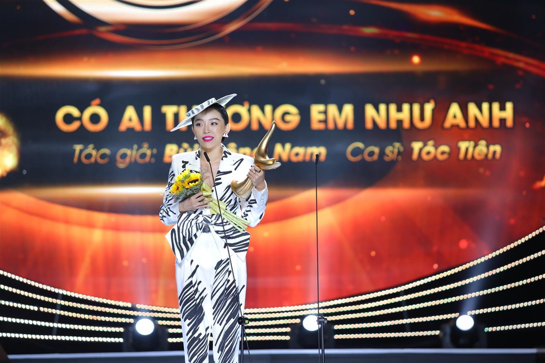 """Ca sĩ Tóc Tiên nhận giải Bài hát của năm với ca khúc """"Có ai thương em như anh"""" (tác giả Bùi Công Nam)."""
