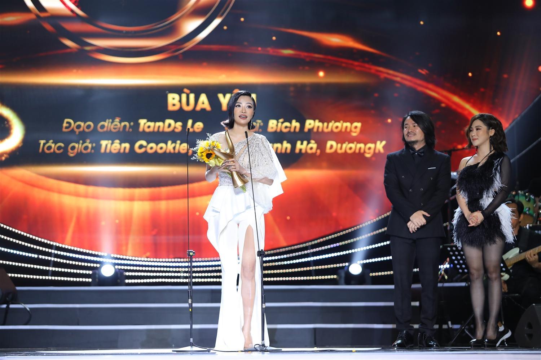 """Ca sĩ Bích Phương nhận giải Music Video của năm với MV """"Bùa yêu"""" (ĐD: TanDs Le; Ca sĩ: Bích Phương; Tác giả: Tiên Cookie, Phạm Thanh Hà, DuongK)."""