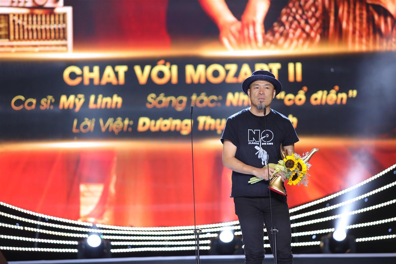 """Nhạc sĩ Huy Tuấn đại diện êkip nhận giải Album của năm với album """"Chat với Mozart II"""""""