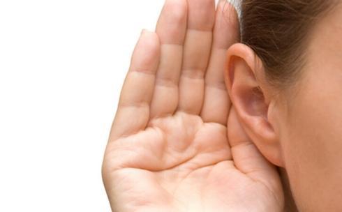 Dung dịch Hydro Peroxit: Đây là một sản phẩm tự nhiên giúp loại bỏ ráy tai mà không gây ảnh hưởng đến ống tai. Tính sát trùng của nó có tác dụng đánh tan ráy tai và vi khuẩn, trong khi chất lỏng sẽ làm tiêu bã nhờn.