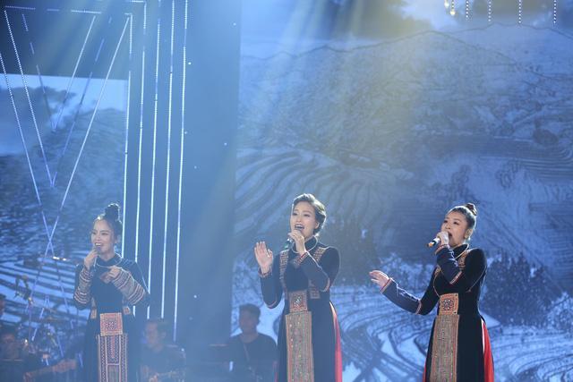 Một tiết mục vô cùng ấn tượng khi 3 quán quân 3 mùa Sao mai 2013, 2015, 2017 - Huyền Trang, Thu Hằng, Mỹ Lam kết hợp trong ca khúc quen thuộc Chín bậc tình yêu.