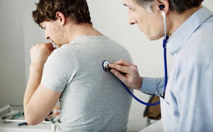 Ho mãn tính: Ho kéo dài từ ba tuần trở lên, không có các triệu chứng khác, chẳng hạn như cảm lạnh hoặc dị ứng, có thể đó là triệu chứng sớm của ung thư phổi.