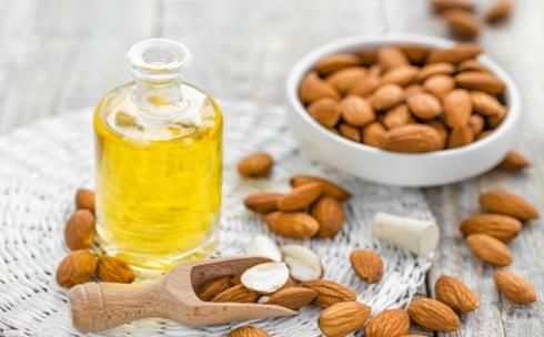 Dầu hạnh nhân: Là một nguồn giàu vitamin E và axit béo, dầu hạnh nhân là thành phần rất tốt cho việc lấy ráy tai. Chúng giúp làm mềm ráy tai, bôi trơn và làm dịu viêm ngứa trong vùng ống tai.