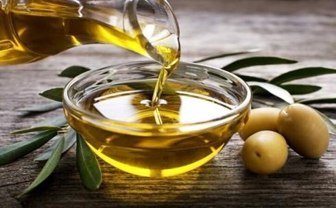 Dầu ô-liu: Dầu ô-liu chứa nhiều axit béo và vitamin E, hai thành phần chủ đạo hỗ trợ bôi trơn và bảo vệ ống tai khỏi viêm nhiễm.