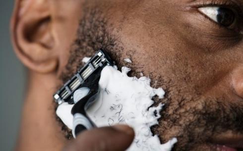 Dùng chung bàn chải đánh răng, dao cạo râu: Thói quen sử dụng chung bàn chải đánh răng hay dao cạo râu là tự coi nhẹ sức khỏe bản thân. Việc chia sẻ đồ vệ sinh cá nhân có thể làm lây lan nhiều loại vi khuẩn gây có hại với sức khỏe.