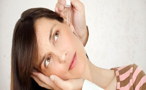 Cách sử dụng: Cho khoảng 2 - 3 giọt dung dịch nêu trên vào tai sau đó nghiêng đầu cho dung dịch chảy ra ngoài. Sau khoảng 2-3 phút bạn có thể lấy ráy tai.