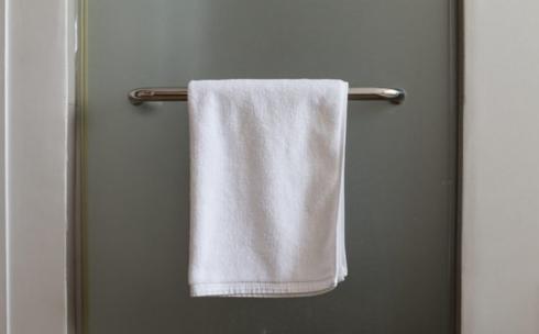 Dùng lại khăn tắm: Điều này tạo điều kiện cho những loại vi khuân gây bệnh phát triển nhanh. Ngoài ra, bạn cũng không nên chia sẻ khăn tắm với người khác, bởi vì nó có thể làm lây lan các bệnh ngoài da từ người này sang người khác.