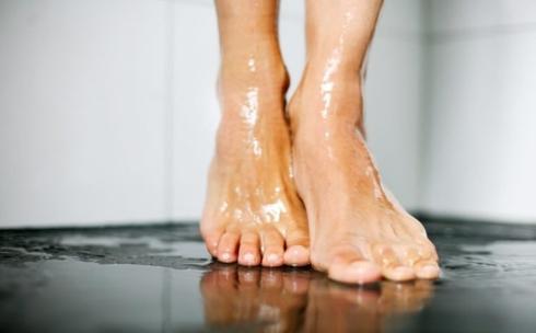 Đi chân trần trong nhà vệ sinh công cộng: Sàn phòng tắm công cộng là môi trường lý tưởng để vi khuẩn và nấm gây bệnh phát triển. Việc đi chân trần cũng làm tăng nguy cơ bạn bị nhiễm bệnh hắc lào, nấm móng chân và bàn chân.