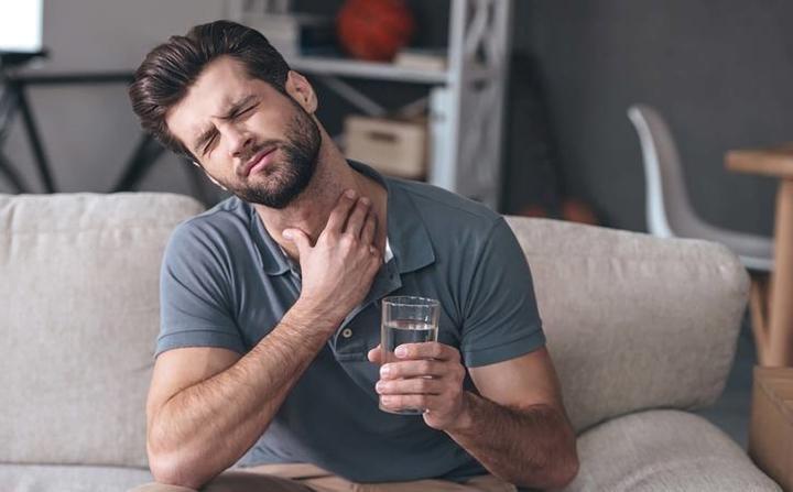 Khó nuốt: Đau họng kéo dài trong vài tuần và trở nặng hơn có thể là triệu chứng của ung thư cổ họng, ung thư dạ dày hay ung thư phổi.