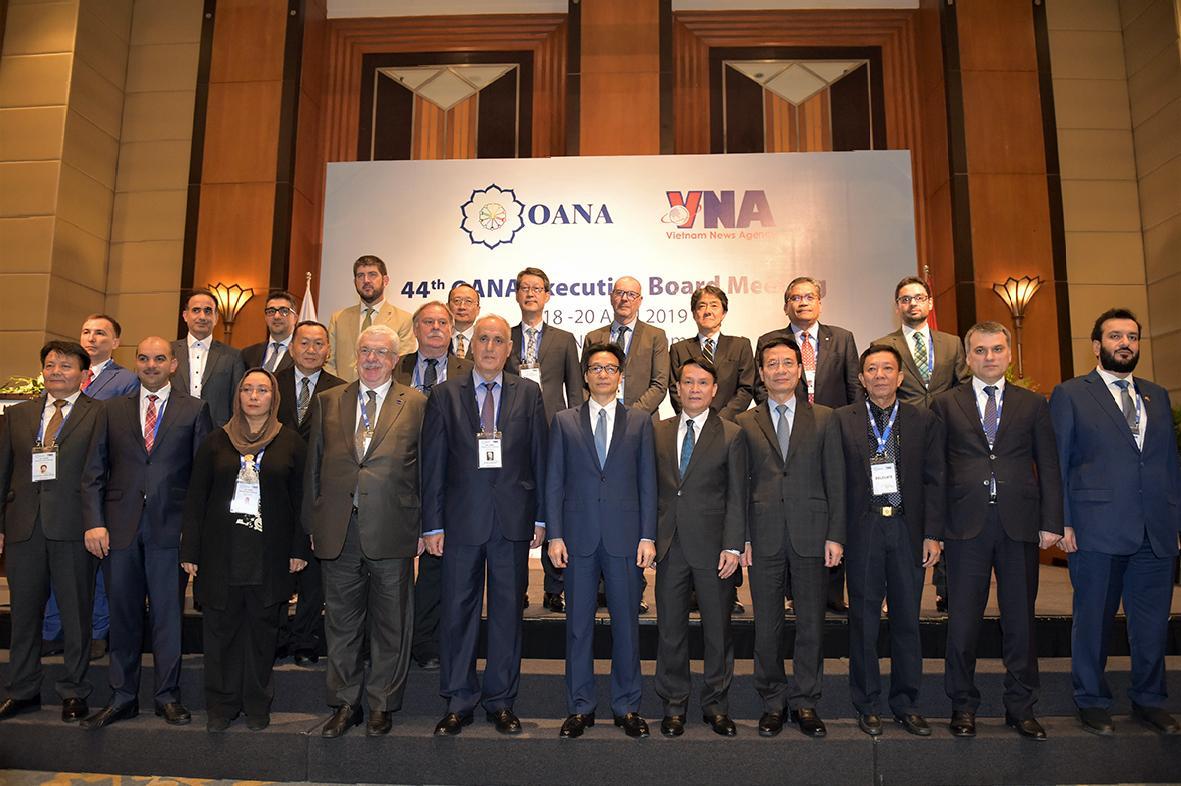 Phó Thủ tướng Vũ Đức Đam cùng các đại biểu.