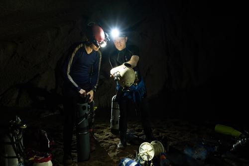 Các nhà thám hiểm chuẩn bị cho cuộc lặn khám phá Sơn Đoòng.