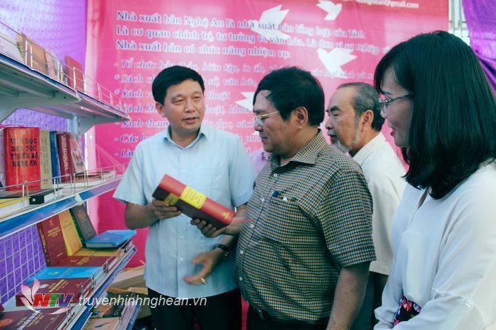 Các đại biểu tham quan các gian trưng bày, giới thiệu sách.